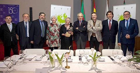 Gloria Ruiz recogiendo el premio junto a miembros del gGrupo Quercus